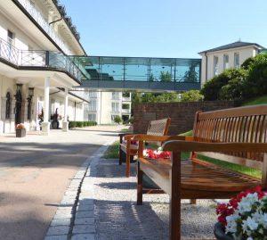 Blick auf Eingang der Max Grundig Klinik